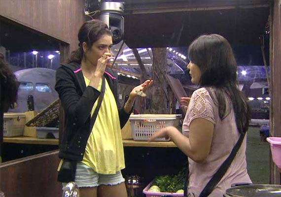 Bigg Boss 8 Day 3 Highlights : Short Highlights of Episode 3 - Karishma, Soni and Minnisha decides to take charge of Kitchen