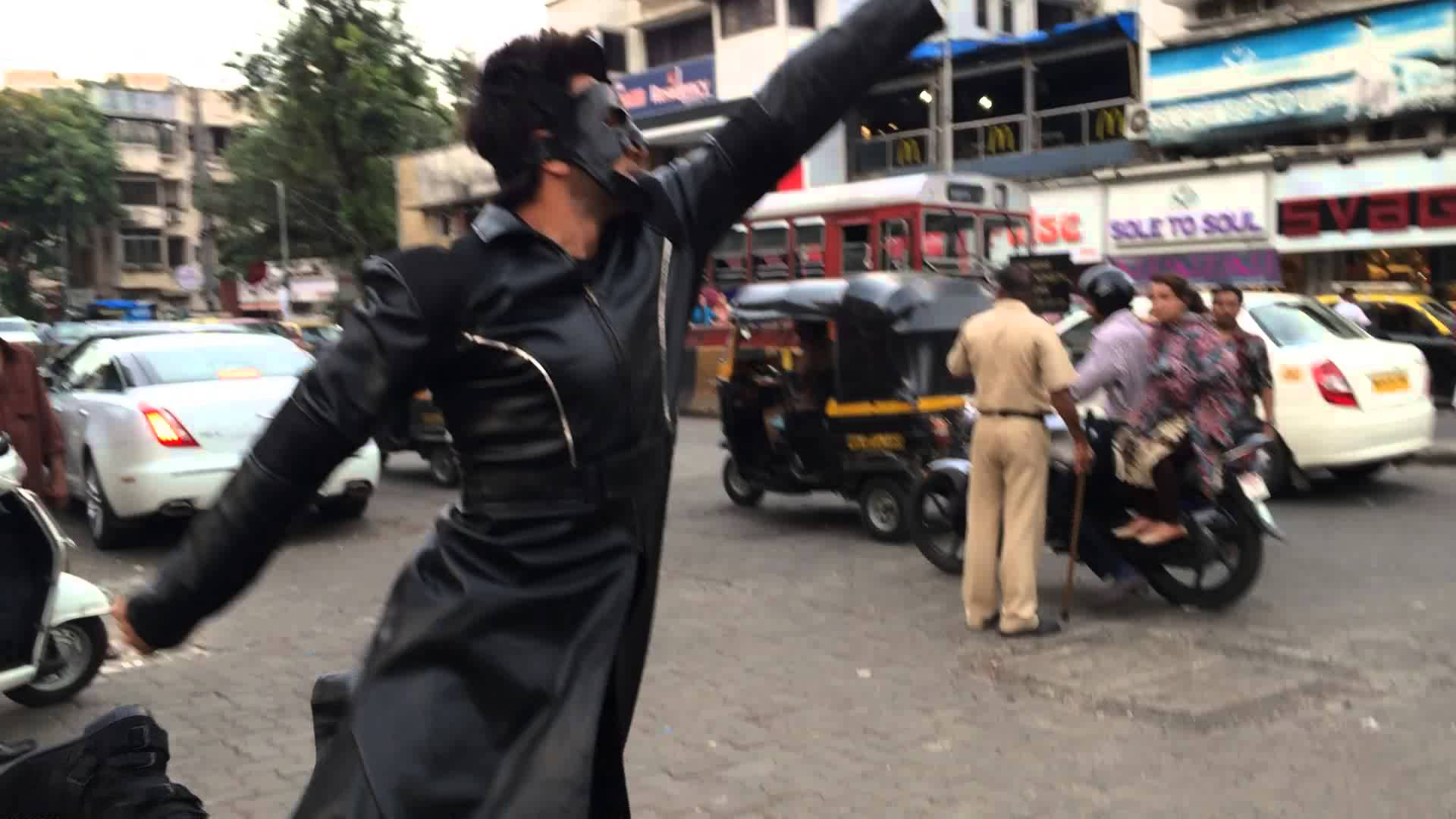 Watch Ranvir Singh accepting Hrithik's Bang Bang dare in busy Mumbai Street