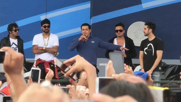 Salman Khan promotes Dr.Cabbie in Brampton, fans go crazy! - Salman promotes Dr.Cabbie with the actors
