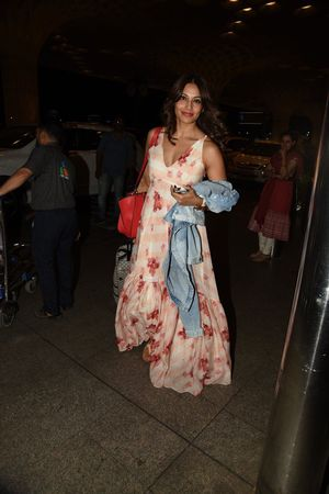 Bipasha Basu leaving for IIFA Awards 2015