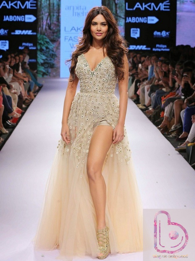 Which Actress rocked the ramp in Lakme Fashion Week?-Esha Gupta