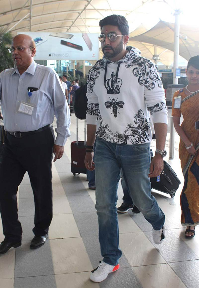 Airport Spotting | Get that Hunk Look like your favourite star for your next journey!- Abhishek 2