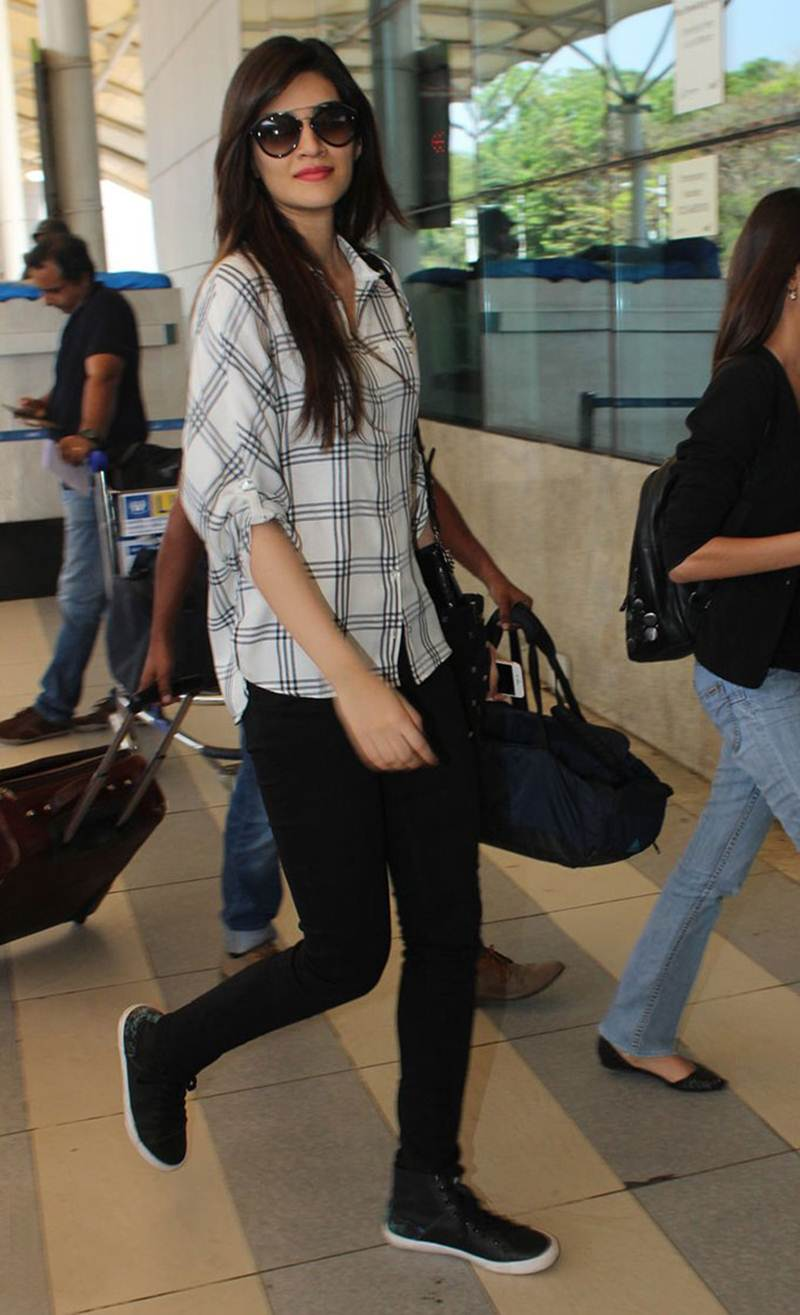 Airport Spotting | Get that Chic Look like our favourite Celebs for your next Journey- Kriti 1