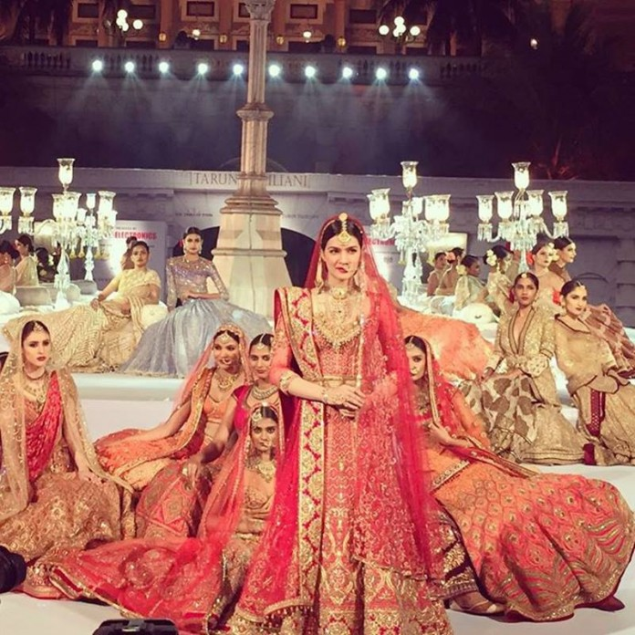 Kriti Sanon's Bridal Avatar for Tarun Tahiliani's show is the most beautiful thing you'll see today- Kriti Sanon