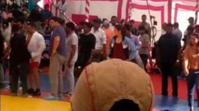 Salman Khan-Anushka Sharma take on each other in the wrestling ring for 'Sultan'- Sallu Anushka