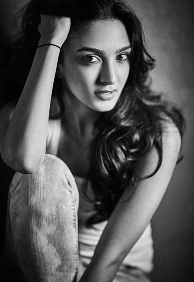 15 Stunning Pictures of Kiara Advani, who will soon be seen in M.S. Dhoni- The Untold Story- Kiara bnw 3