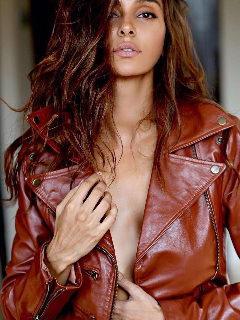 10 Hot Pictures of Shibani Dandekar that are too hot to handle!- Shibani jacket
