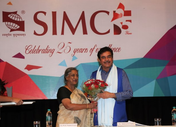 Mr Shatrughan Sinha being felicitated by Dr. Rajani Gupte, Vice Chancellor, Symbiosis International University.