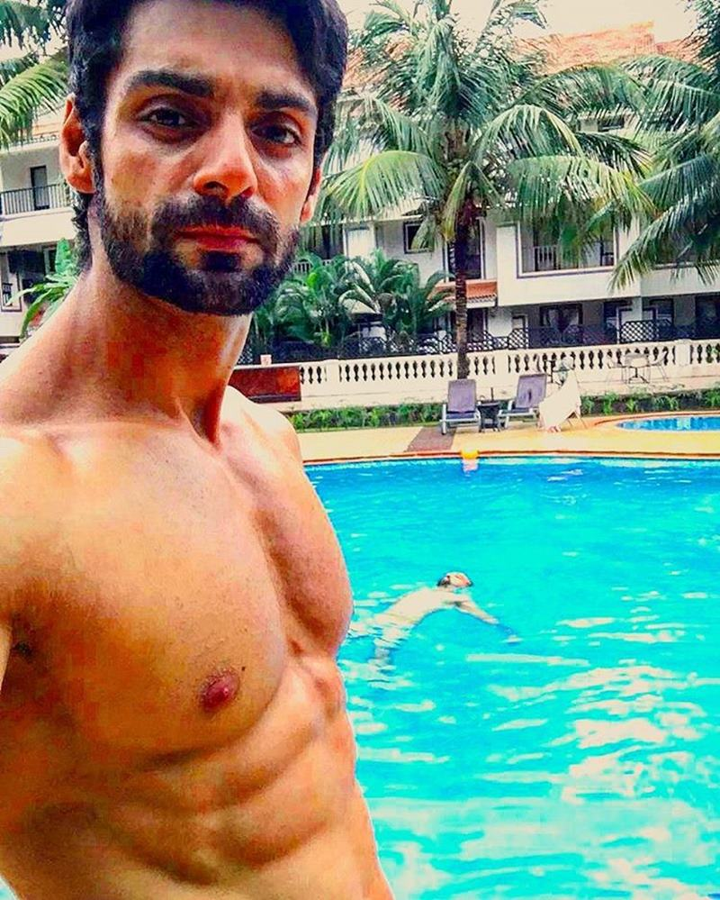 15 Hot Pics of Karan Wahi which prove that the 'Remix' boy is all grown up now- Karan abs 2