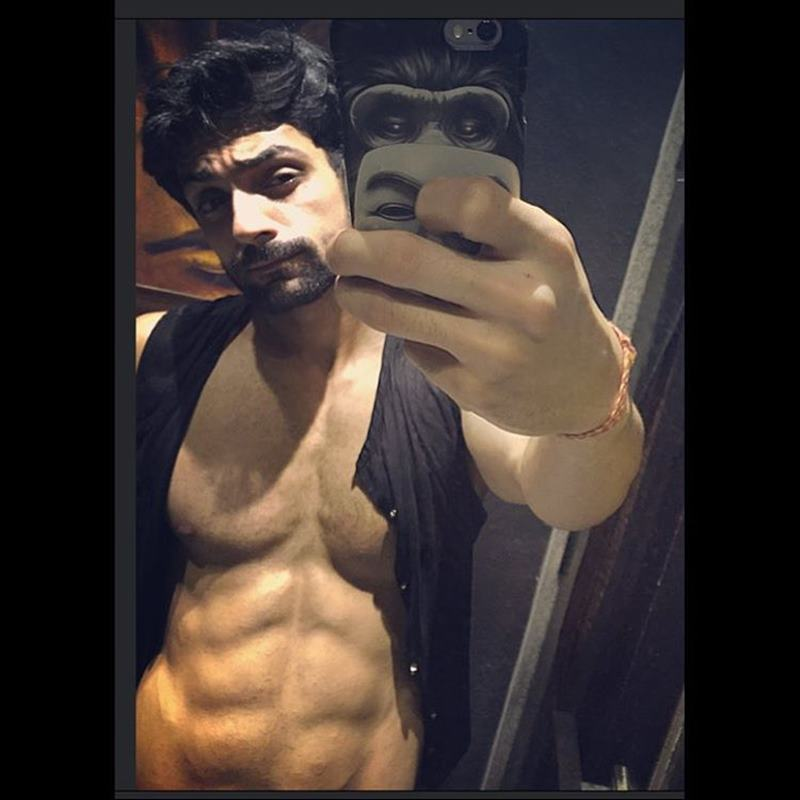 15 Hot Pics of Karan Wahi which prove that the 'Remix' boy is all grown up now- Karan abs 7