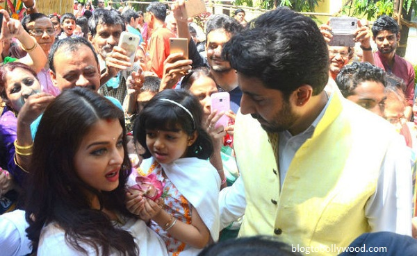 Pics:Bollywood celebrates Durga Pooja - Aish and Abhi