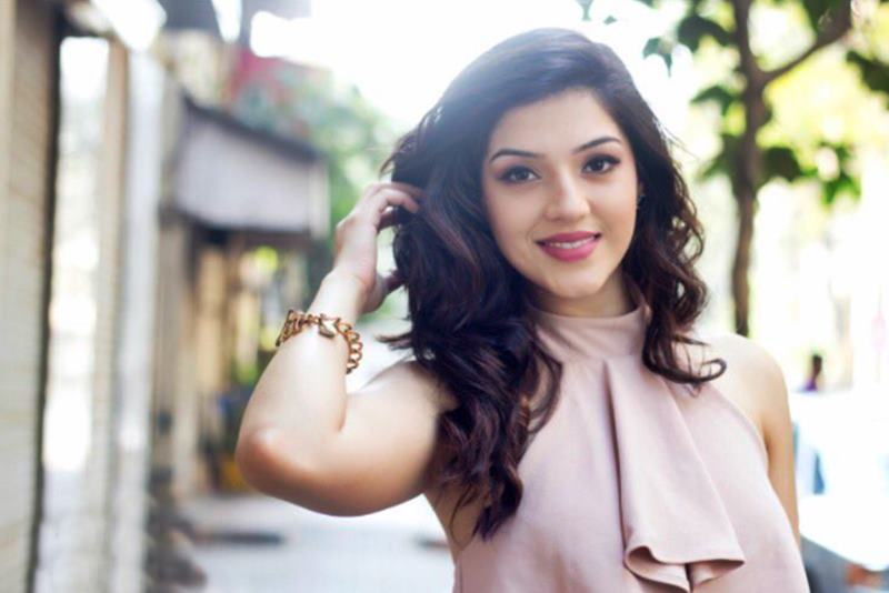 These 10 Pics of Mehreen Pirzada prove that she looks a lot different in real life- Mehreen 7
