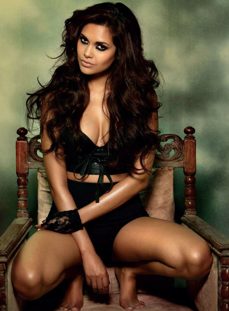 These Esha Gupta Hot Pics will make you feel the heat this summer!-3