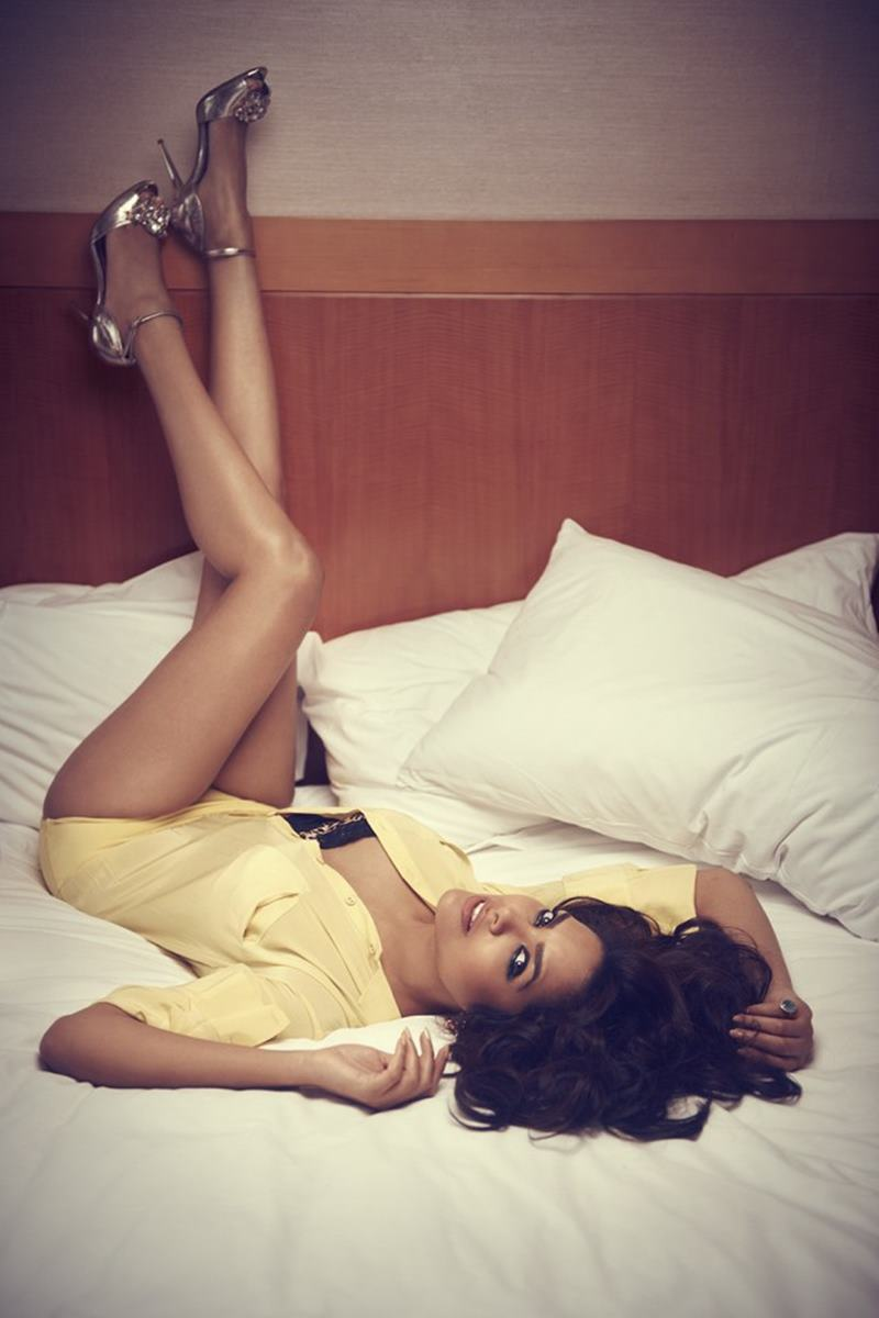 These Esha Gupta Hot Pics will make you feel the heat this summer!-6