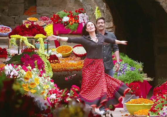"Ajay Devgn and Kareena Kapoor in song ""Kuch to hua hai"" from Singham Returns"
