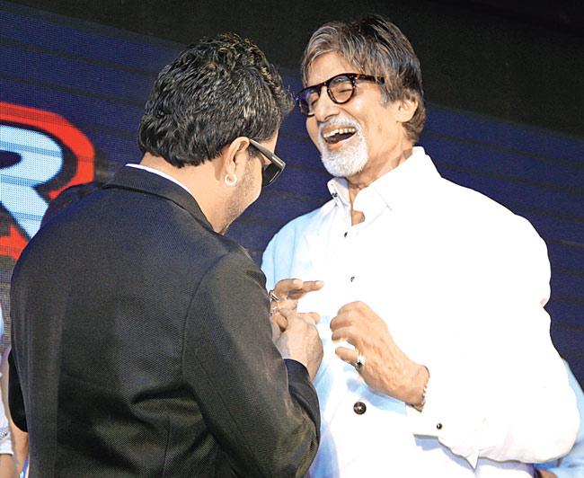 Mika Singh gifts ring to Amitabh Bachchan