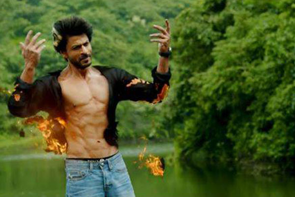 Manwa Laage video Song Happy New Year : SRK shows his 8 pack abs