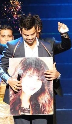 Virat showing Anushka Pic in an event