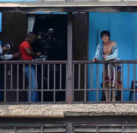 Shahrukh Caught Shooting at 'Chawl' for Fan