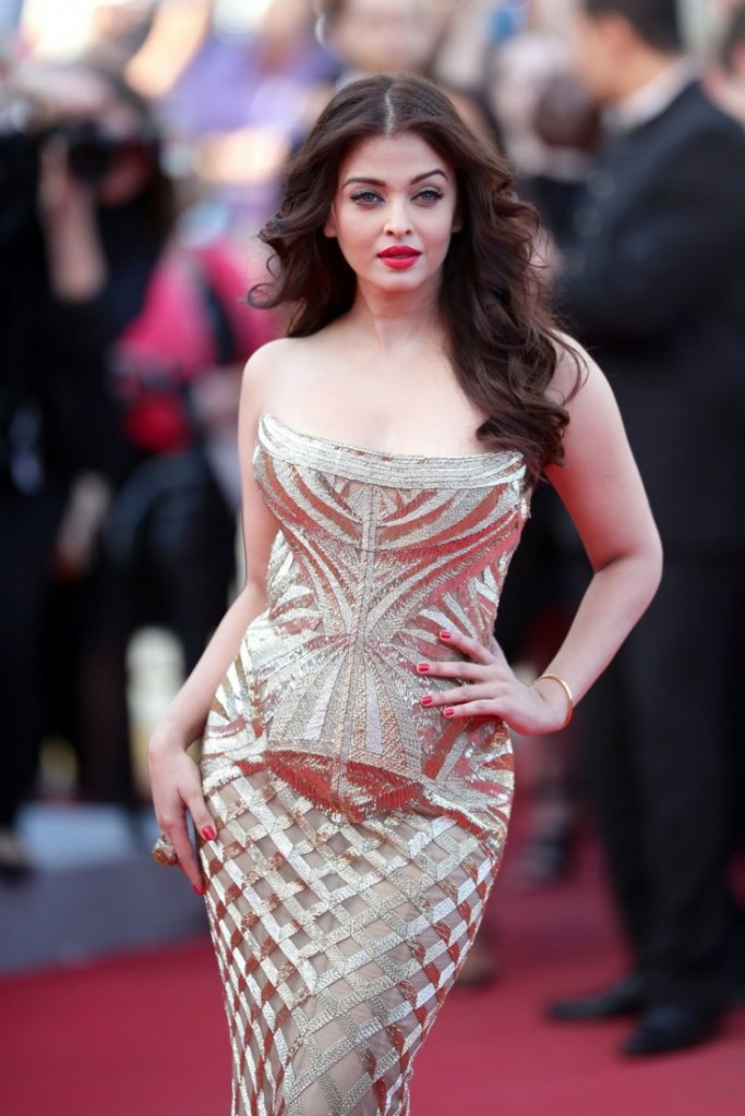 Aishwarya Bachchan - Top 10 Super Sexy Moms of Bollywood and Their Fashion Sense