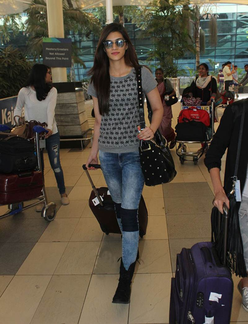 Airport Spotting | Get that Chic Look like our favourite Celebs for your next Journey- Kriti 2