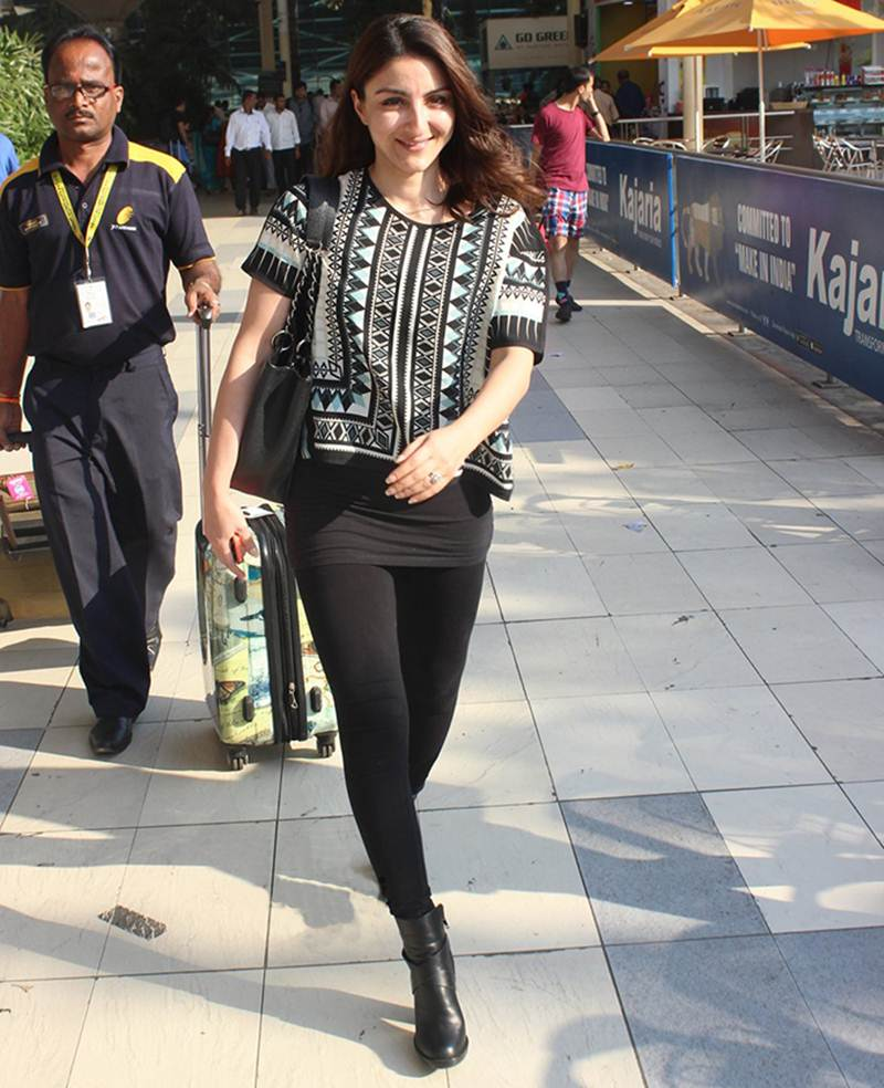 Airport Spotting | Get that Chic Look like our favourite Celebs for your next Journey- Soha 1