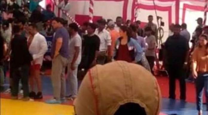 Salman Khan-Anushka Sharma take on each other in the wrestling ring for 'Sultan'- Sallu Anushka