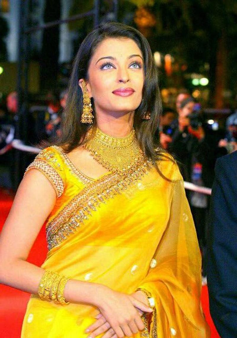 Aishwarya Rai Bachchan and Sonam Kapoor's various looks at Cannes over the years- Aish 2002
