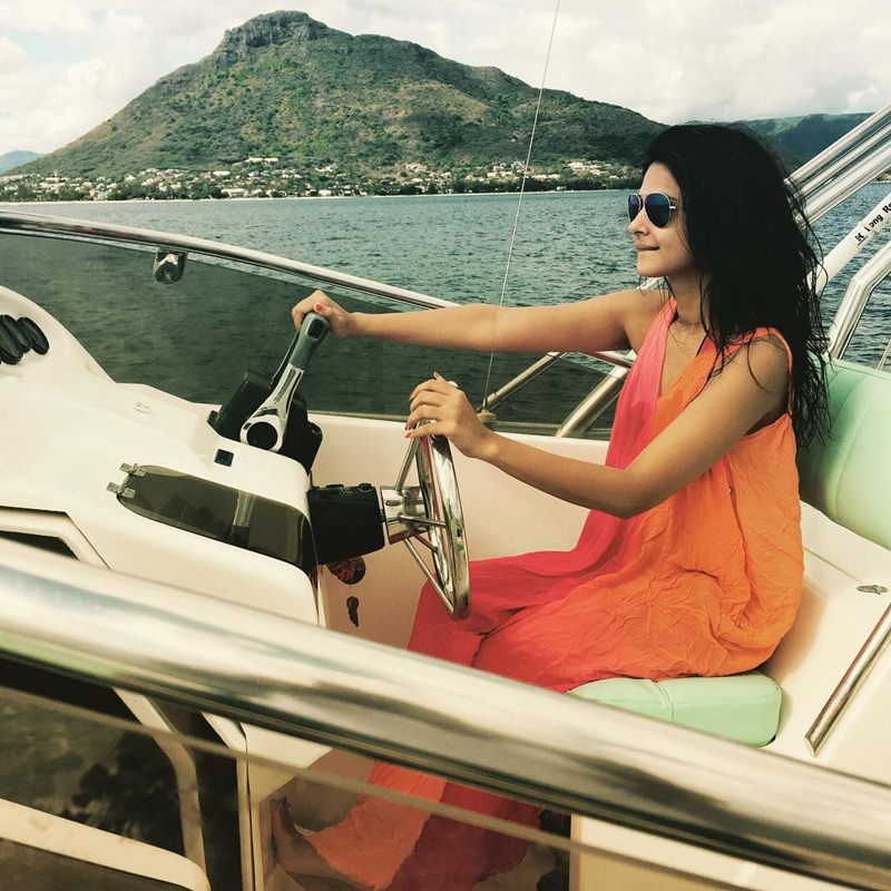 10 Hot Pictures of Jennifer Winget, who is going to make her Bollywood debut soon!- Jennifer Boat
