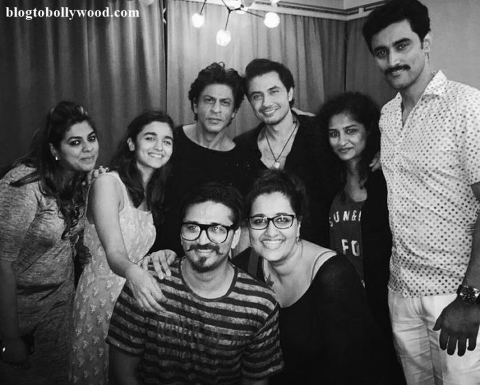 Shah Rukh Khan just shared a picture with the whole team of Dear Zindagi and its lovely!