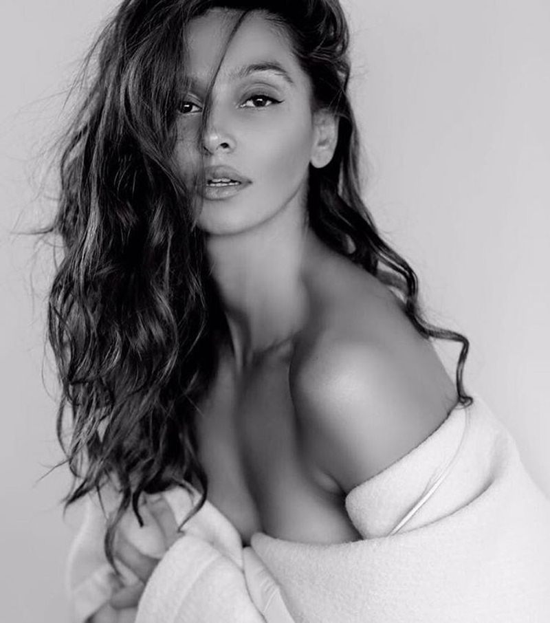 10 Hot Pictures of Shibani Dandekar that are too hot to handle!- Shibani bnw 2