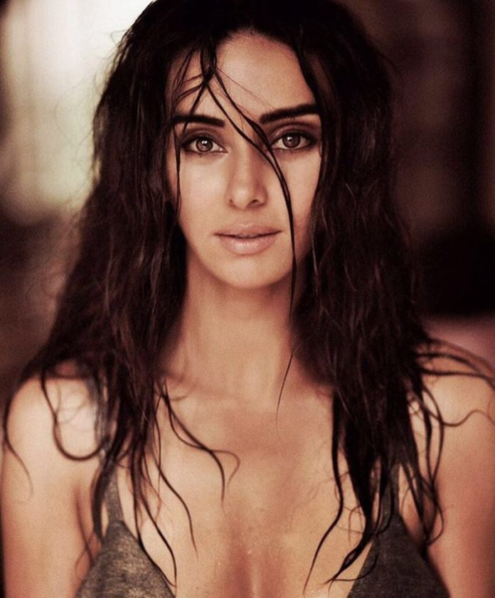 10 Hot Pictures of Shibani Dandekar that are too hot to handle!-Shibani wet
