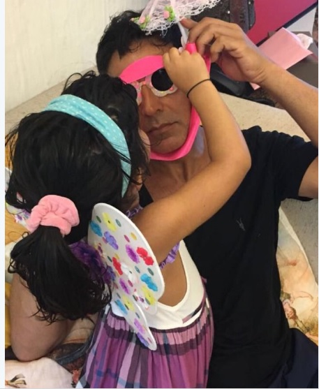 Akki turns clown for daughter Nitaara