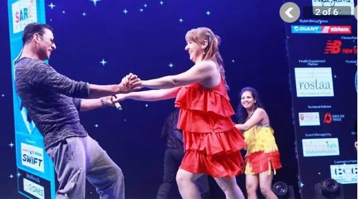 Akki dances with the female fans