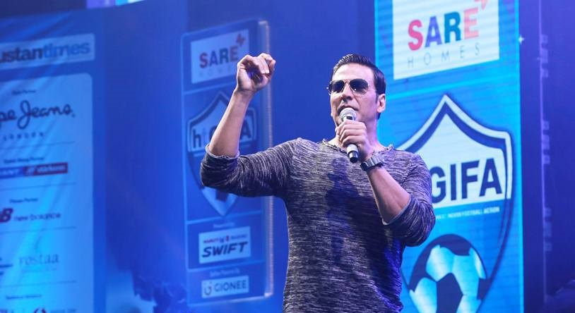 Akshay interacts with his fan at the event