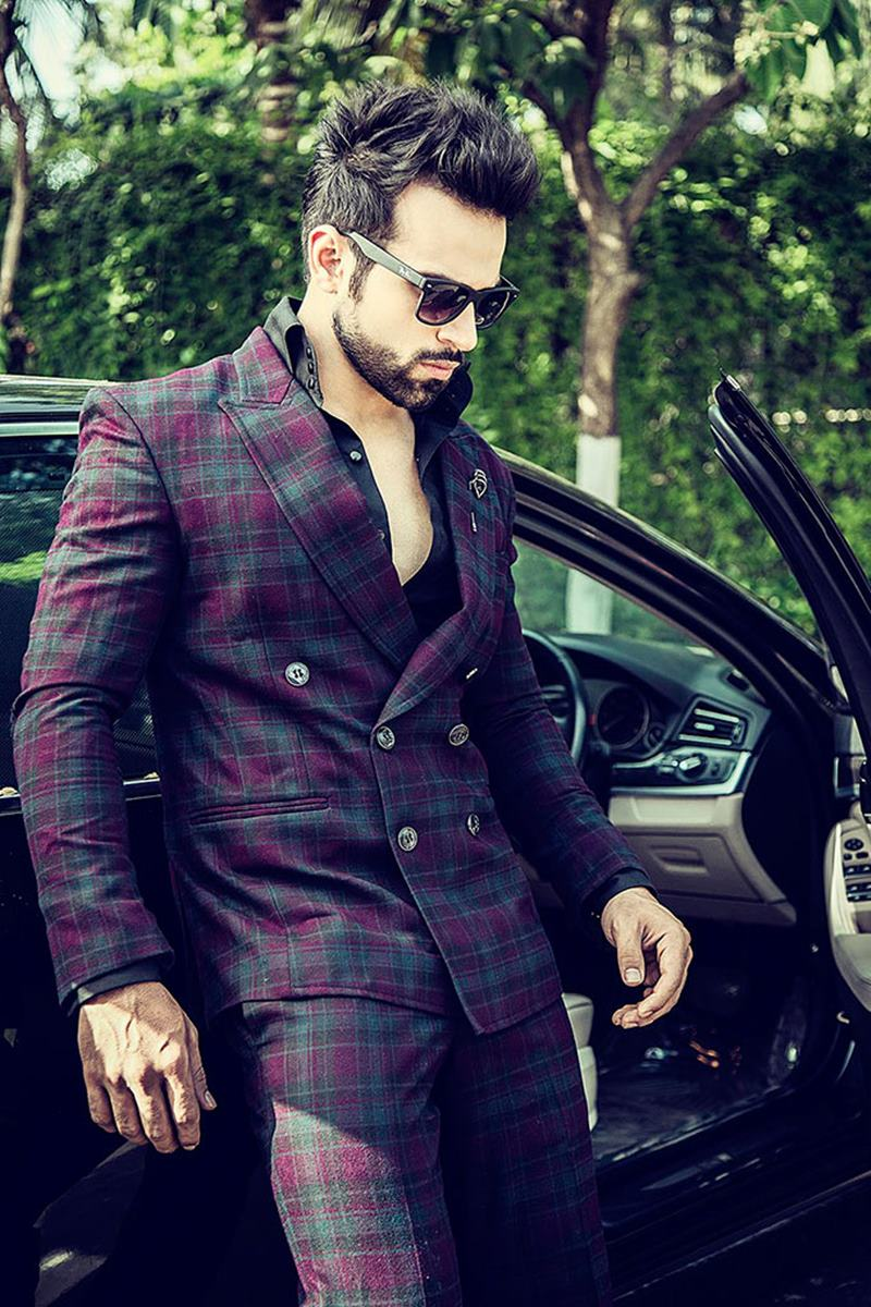 10 Eye-pleasing Pictures of Rithvik Dhanjani, the big star of Small Screen-Rithvik Car