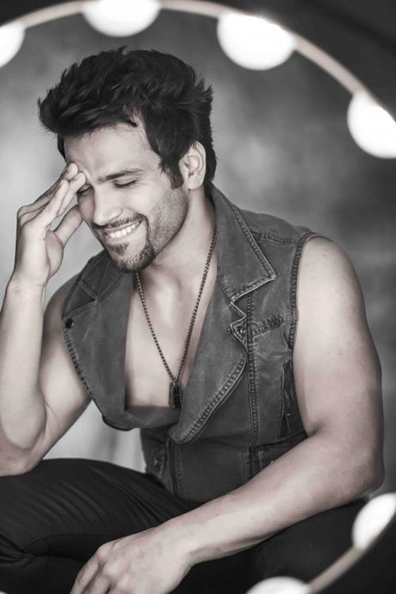 10 Eye-pleasing Pictures of Rithvik Dhanjani, the big star of Small Screen-Rithvik Smile