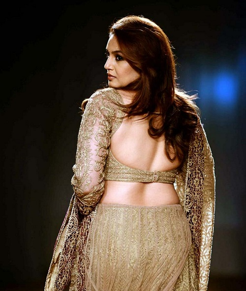 huma qureshi's bare back