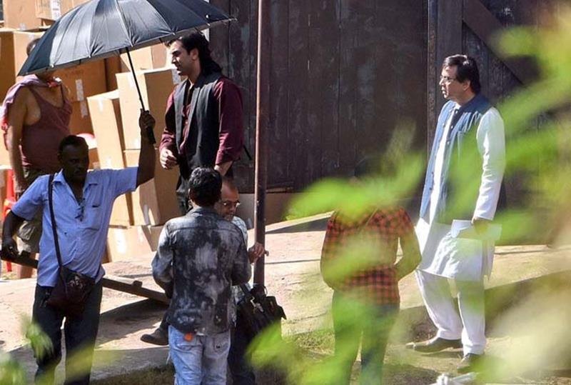 Here are some exclusive pics of Ranbir Kapoor as Sanjay Dutt from the biopics's set- rk 2