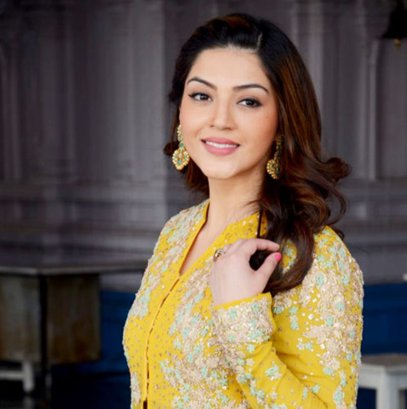 These 10 Pics of Mehreen Pirzada prove that she looks a lot different in real life- Mehreen 4