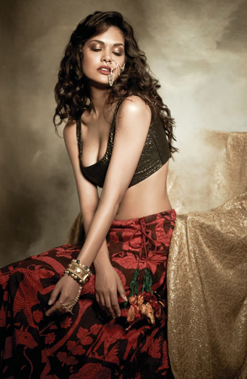These Esha Gupta Hot Pics will make you feel the heat this summer!-1