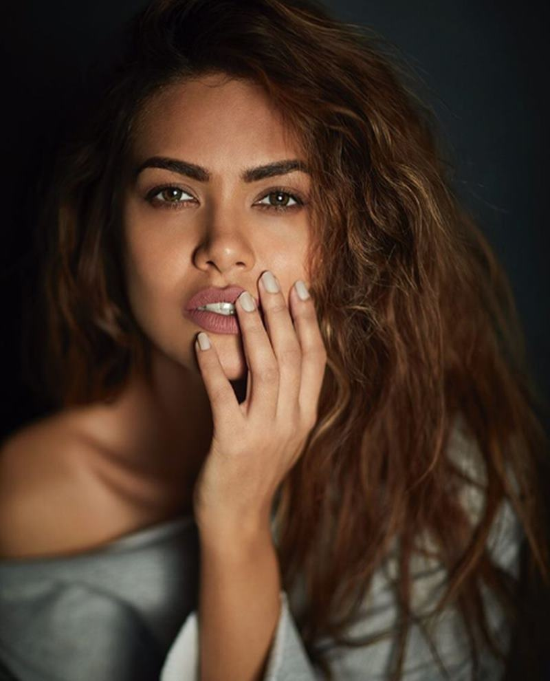 These Esha Gupta Hot Pics will make you feel the heat this summer!-8