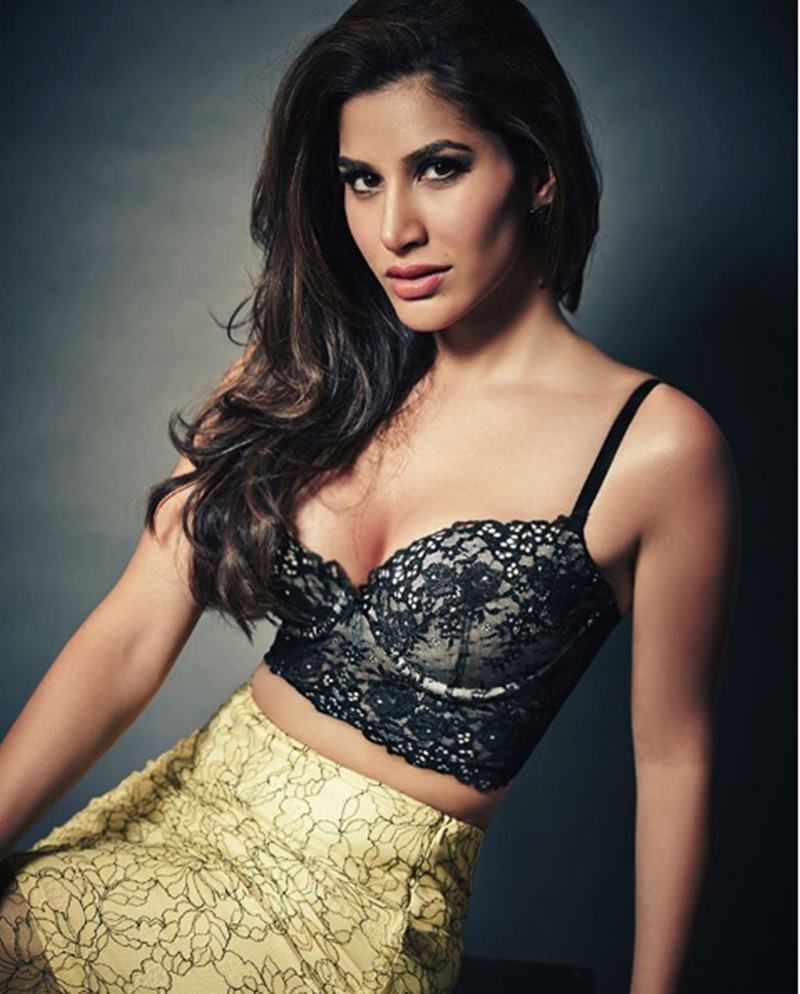Here are some super hot pics of Sophie Choudry, the multi-talented lady of Bollywood!11